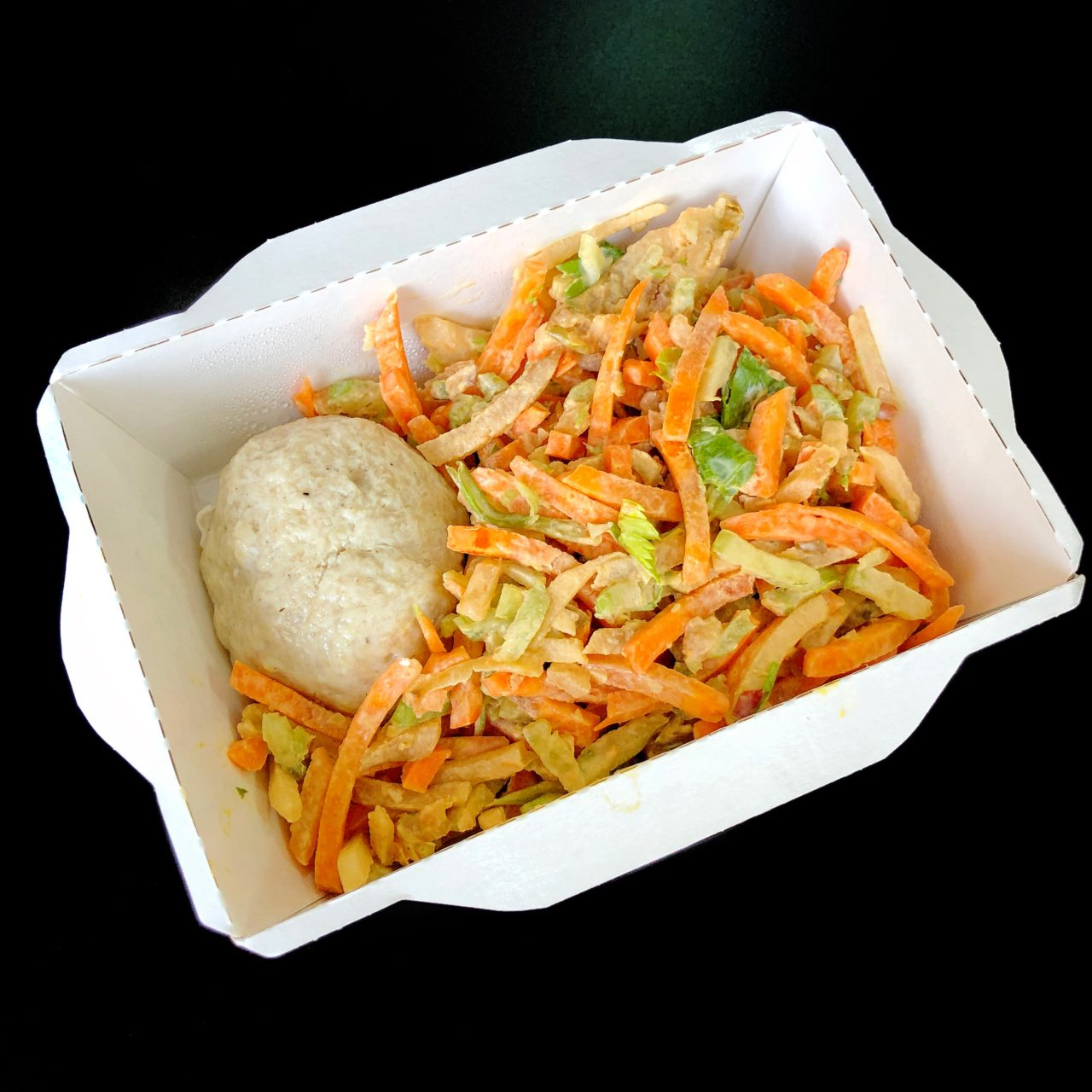 Курица с овощным салатом