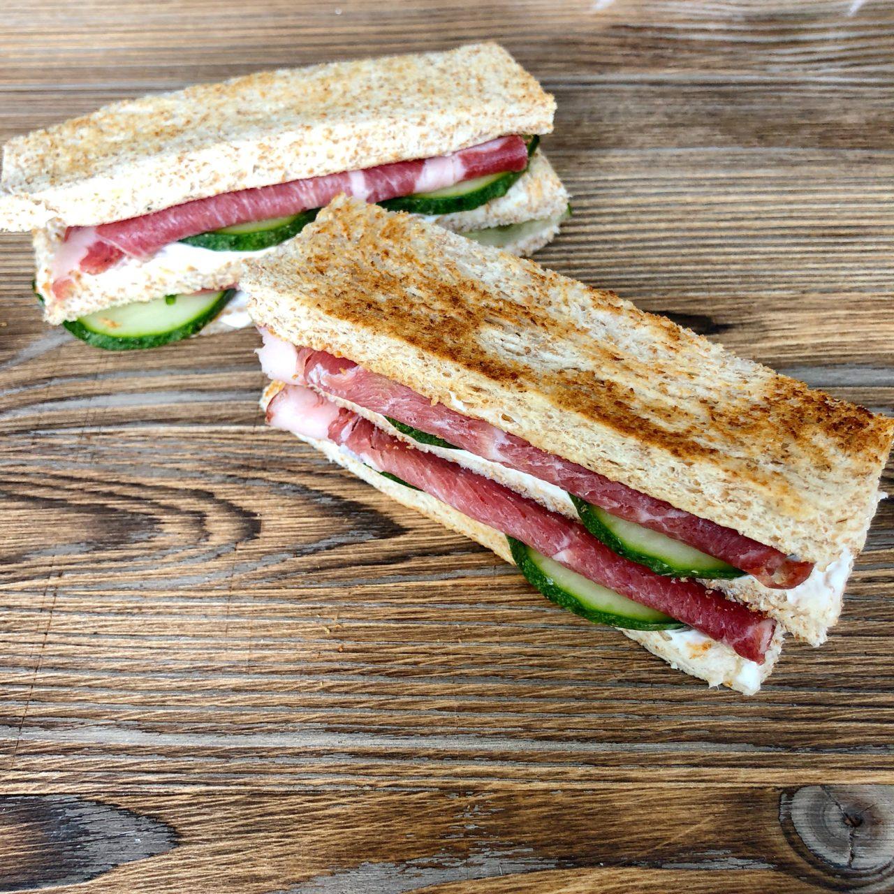 Фингер сэндвичи с ростбифом и мягким сыром