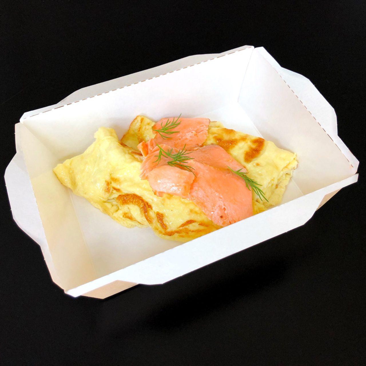 Яичный скрэмбл с маринованным лососем и хлебным тостом