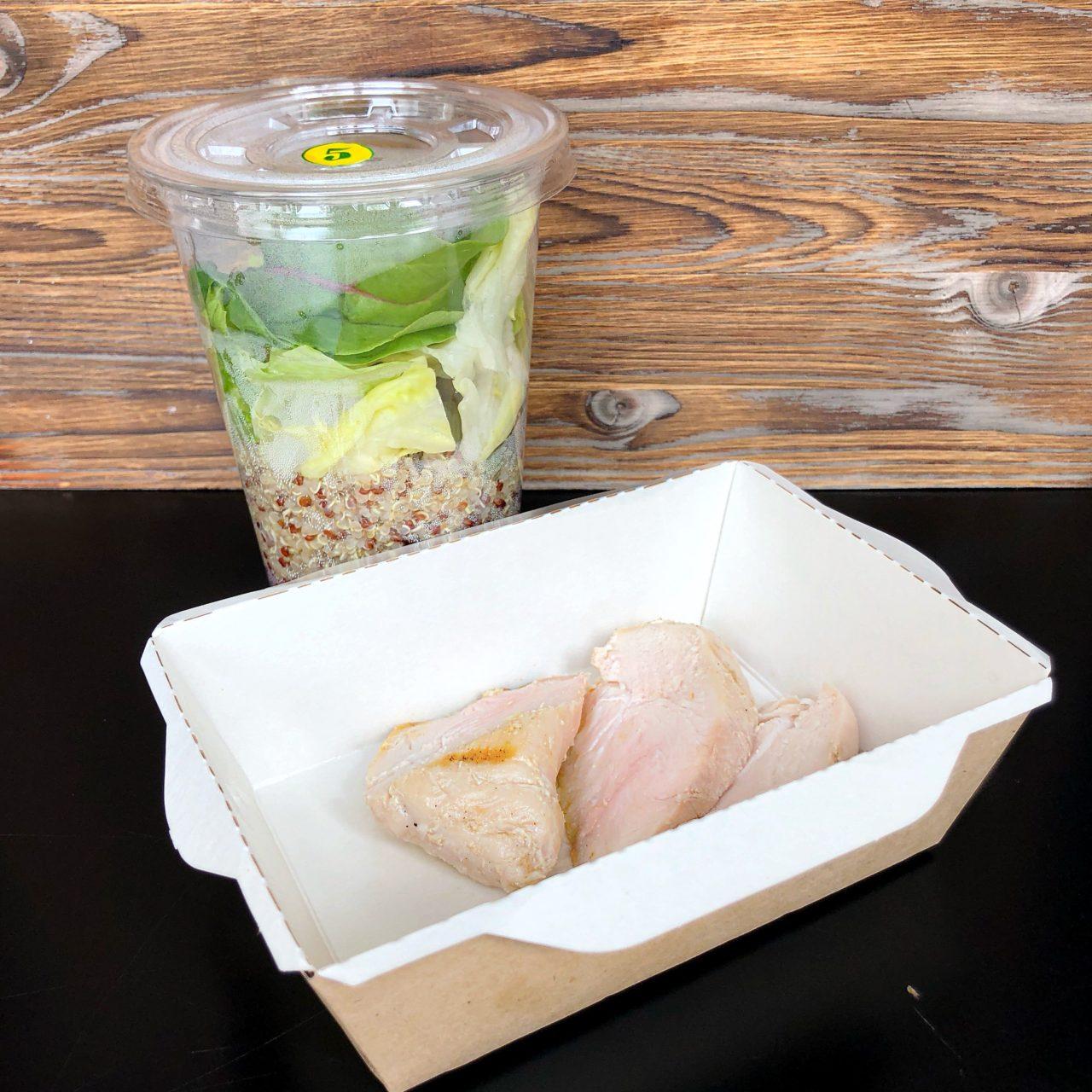 Куриное филе с киноа  и зеленым салатом