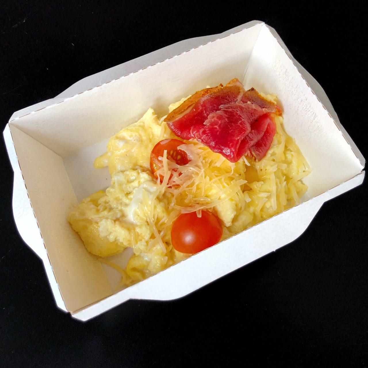Яичный скрэмбл с томатами, пармезаном и ростбифом