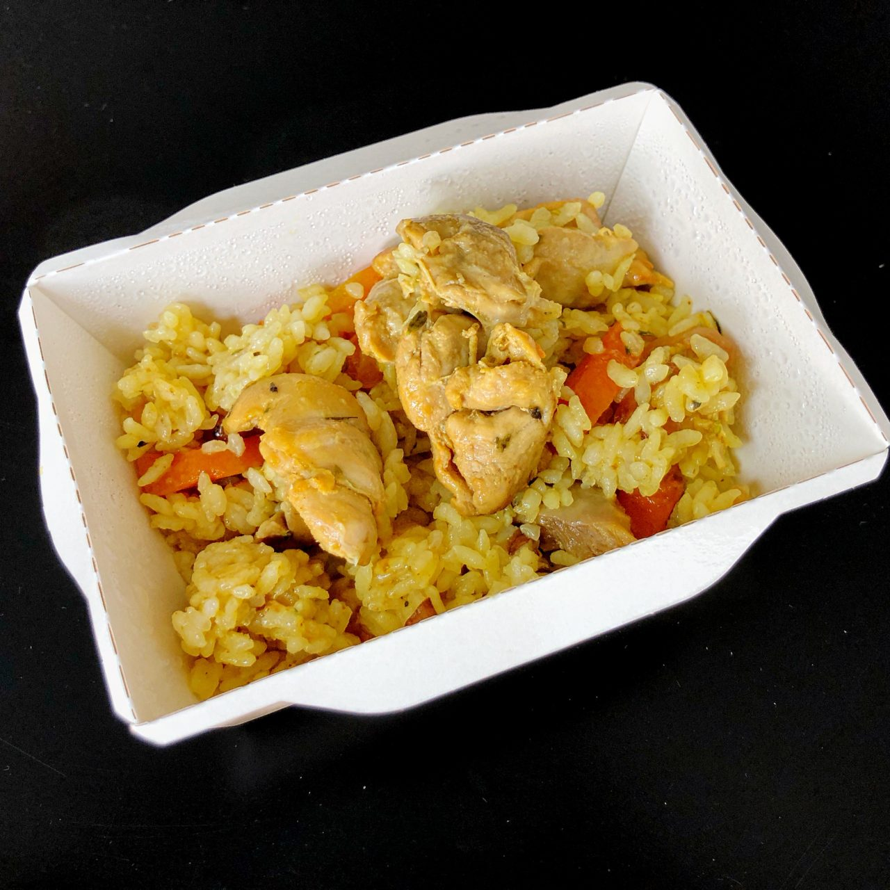 Курица карри с рисом и тартаром из овощей