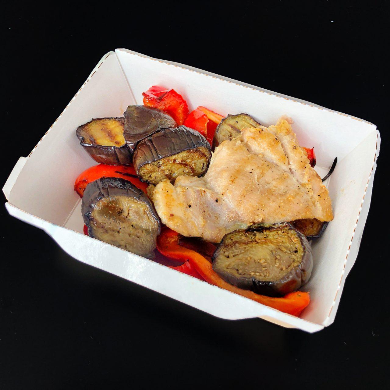 Куриные филе с подпеченными овощами