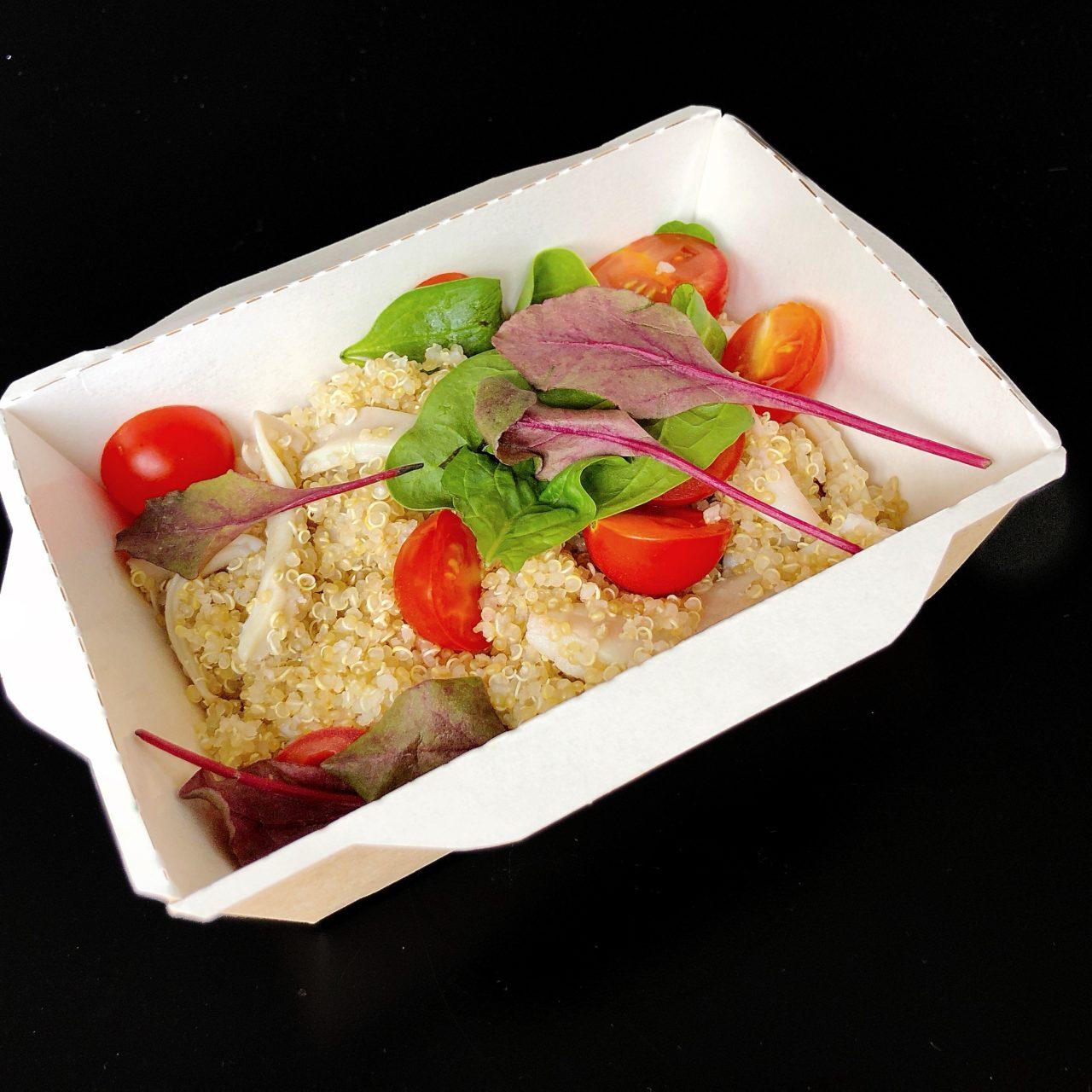 Кальмары с киноа, томатами и зеленым салатом