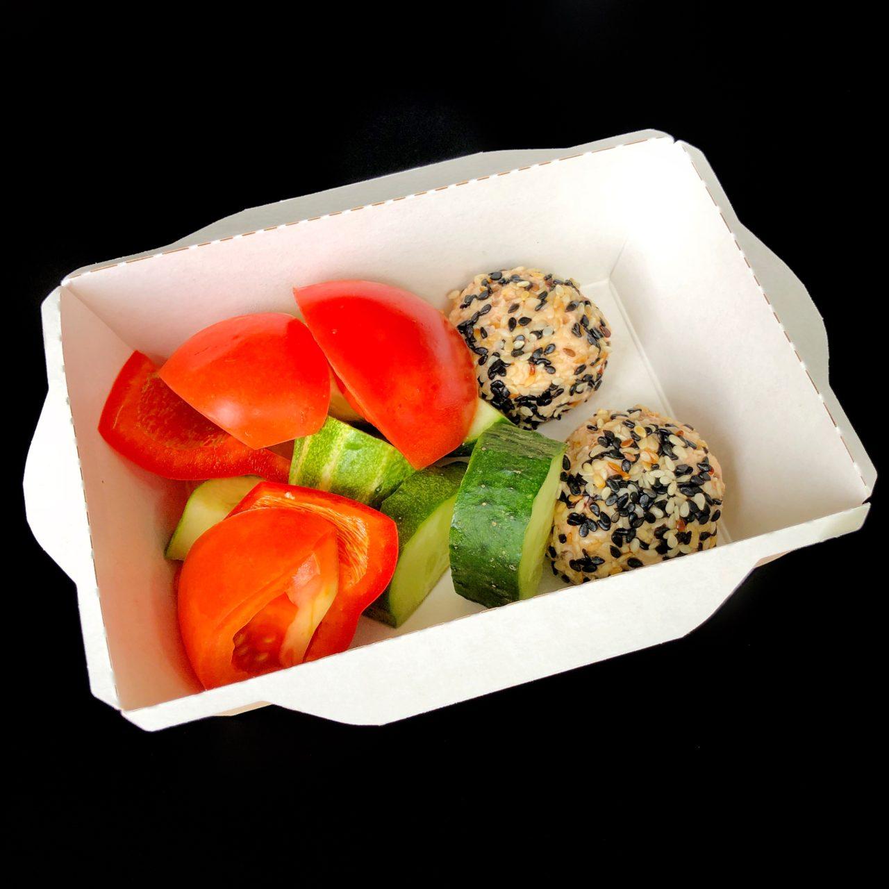 Салат из свежих овощей с крокетом из форели
