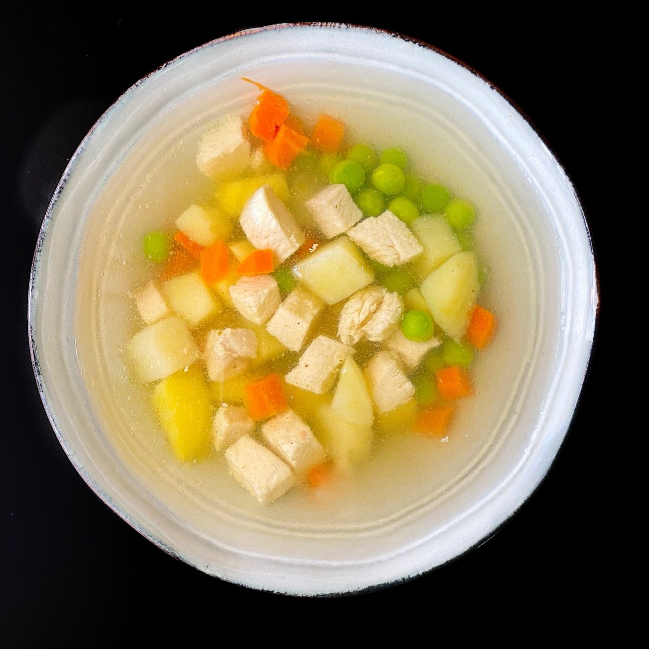 Суп с курицей и зеленым горошком