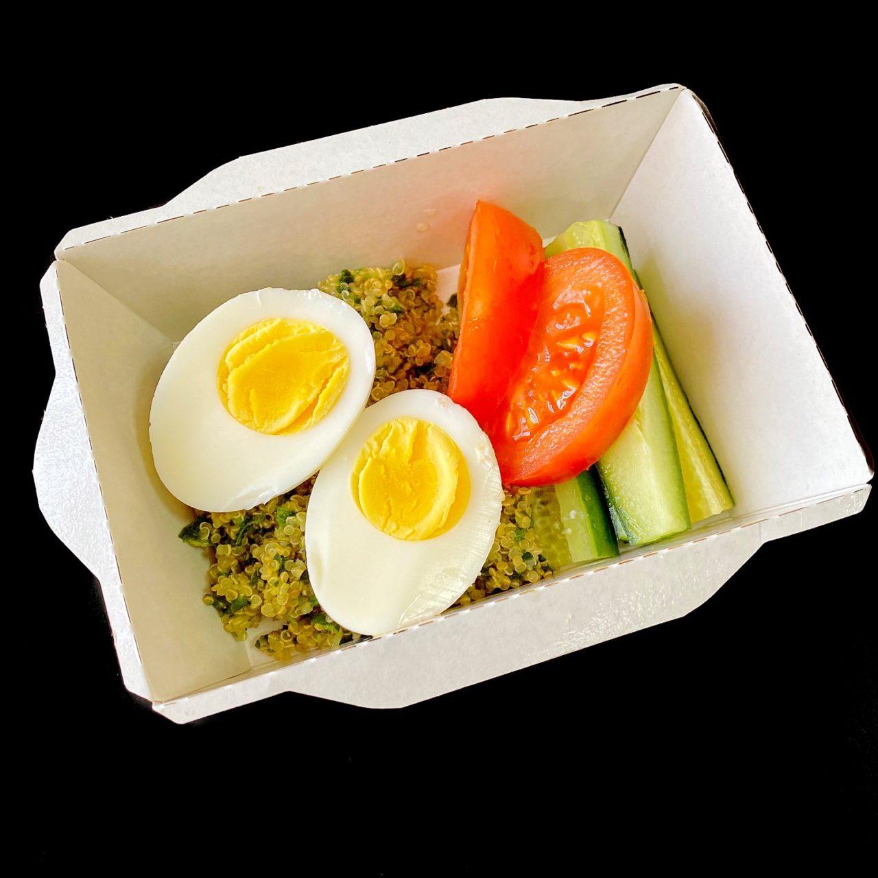 Киноа со шпинатом, овощами и яйцом