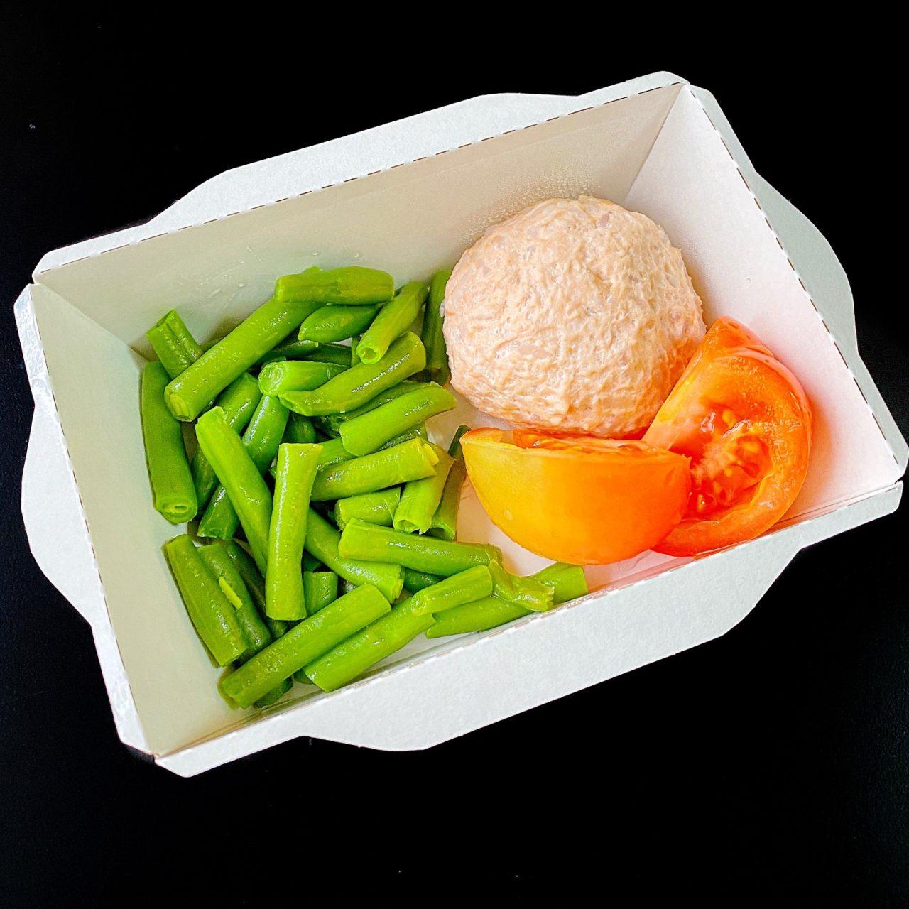 Тефтельки из семги с зеленой фасолью и томатом