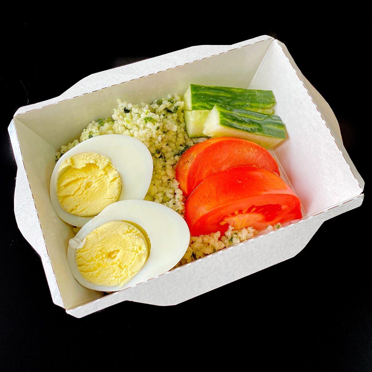 Кус-кус со шпинатом, яйцом и овощами