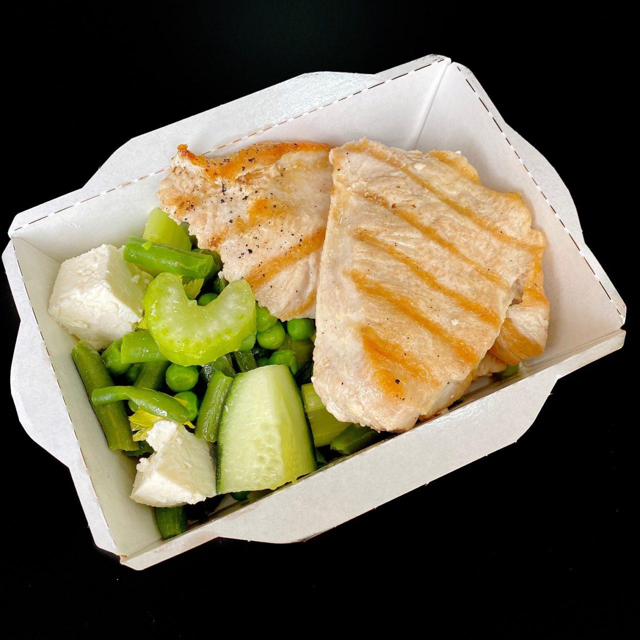 Индейка с зеленым салатом и рассольным сыром
