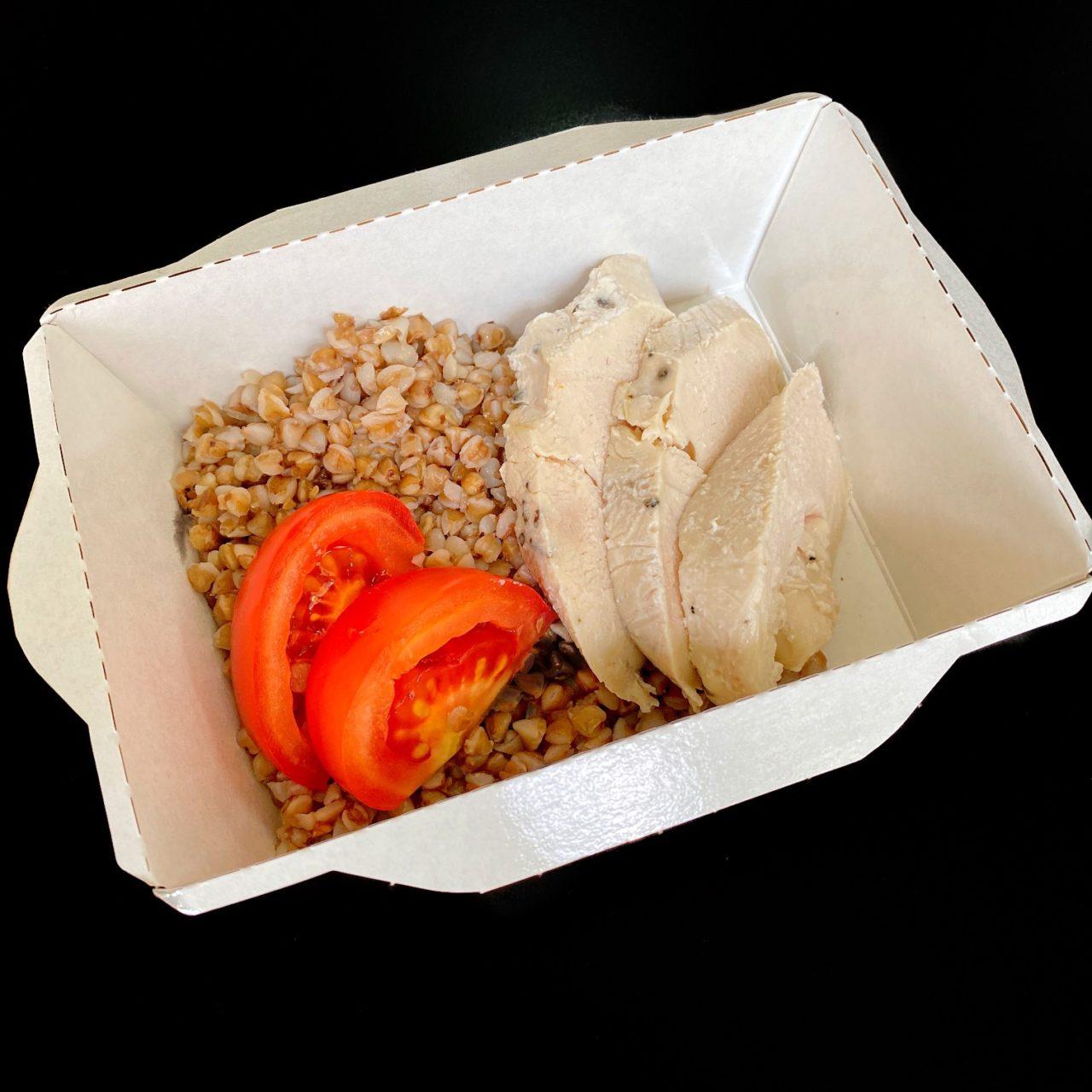 Курица су-вид с гречкой и помидорами