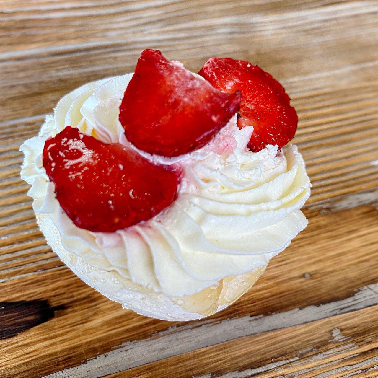 Десерт Павлова с сезонными ягодами