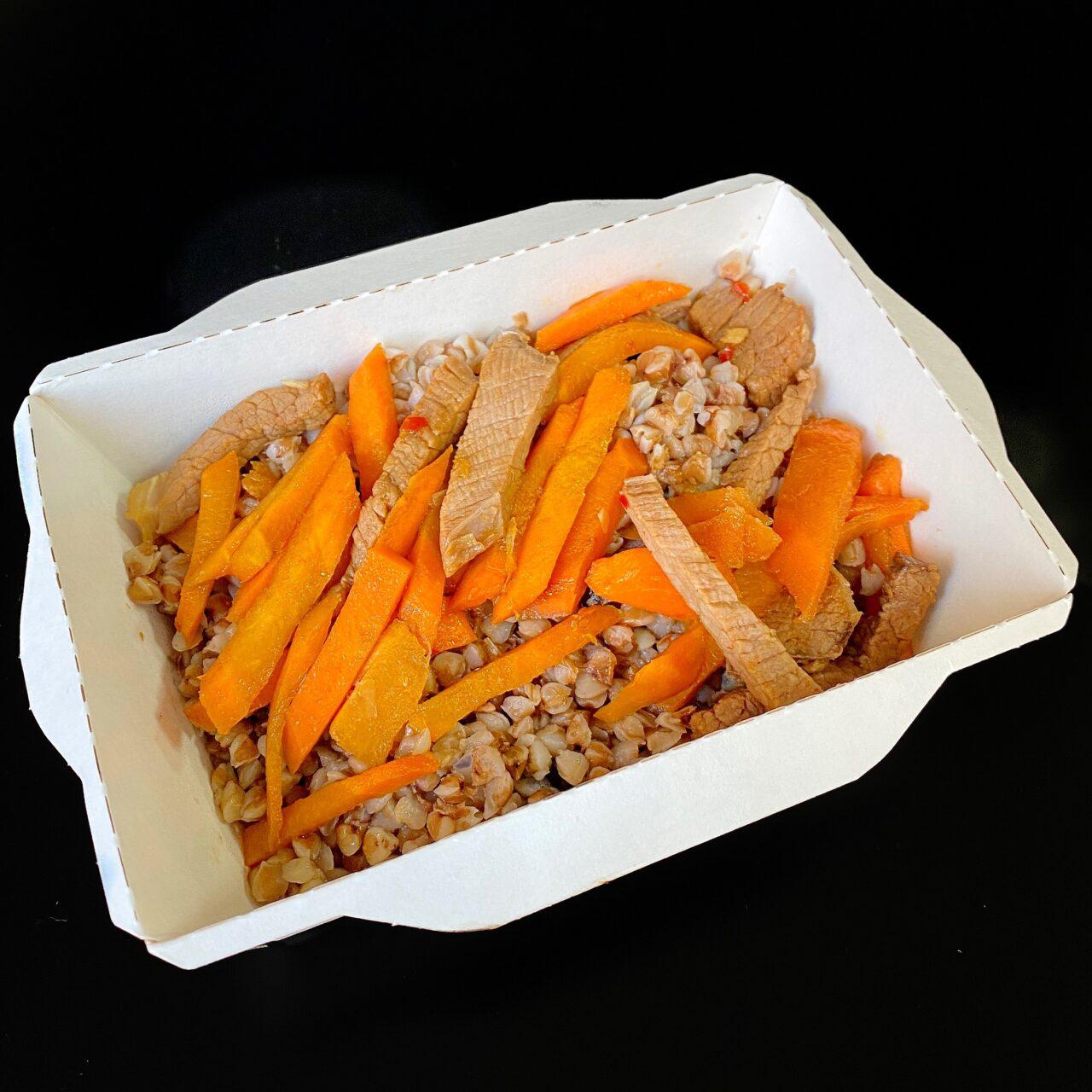 Ростбиф с гречкой и морковью