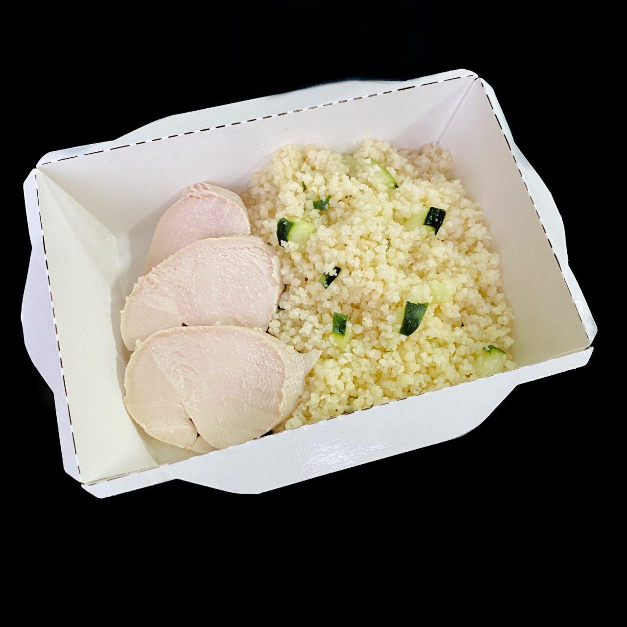 Куриное филе с кус-кусом, огурцом и соусом из рассольного сыра