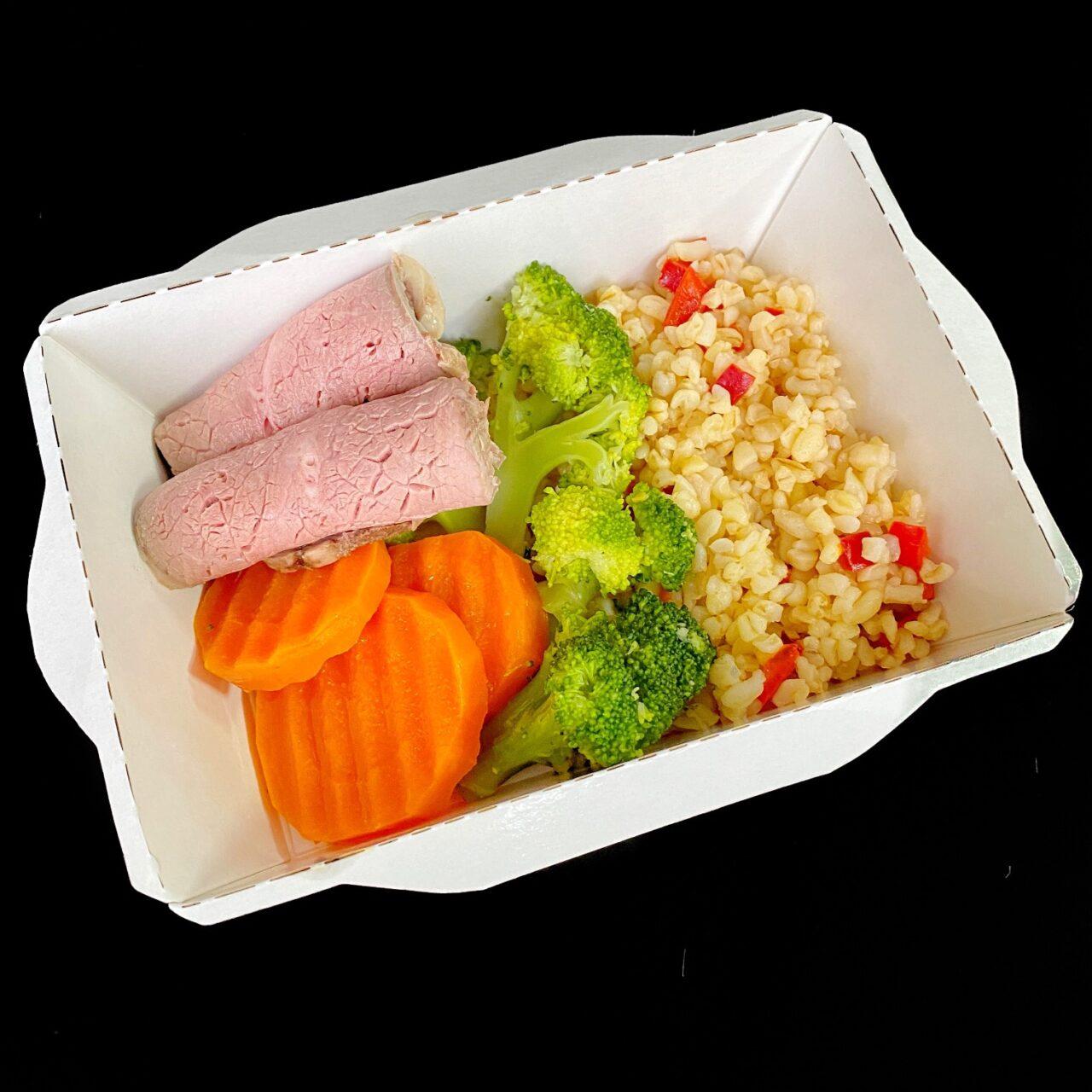 Карбонат с булгуром с соусом из печеного перца и овощами
