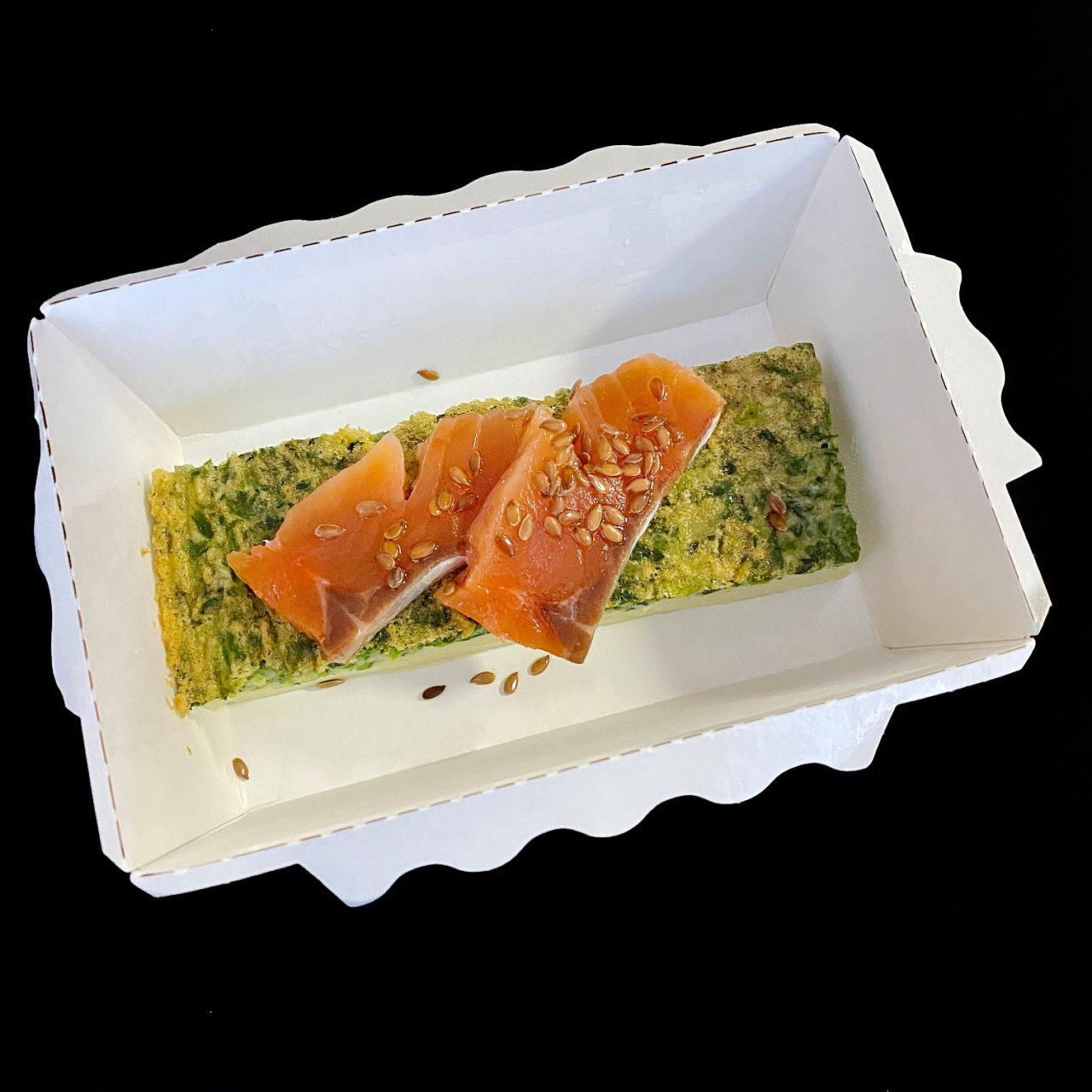 Омлет со шпинатом, лососем и гренками