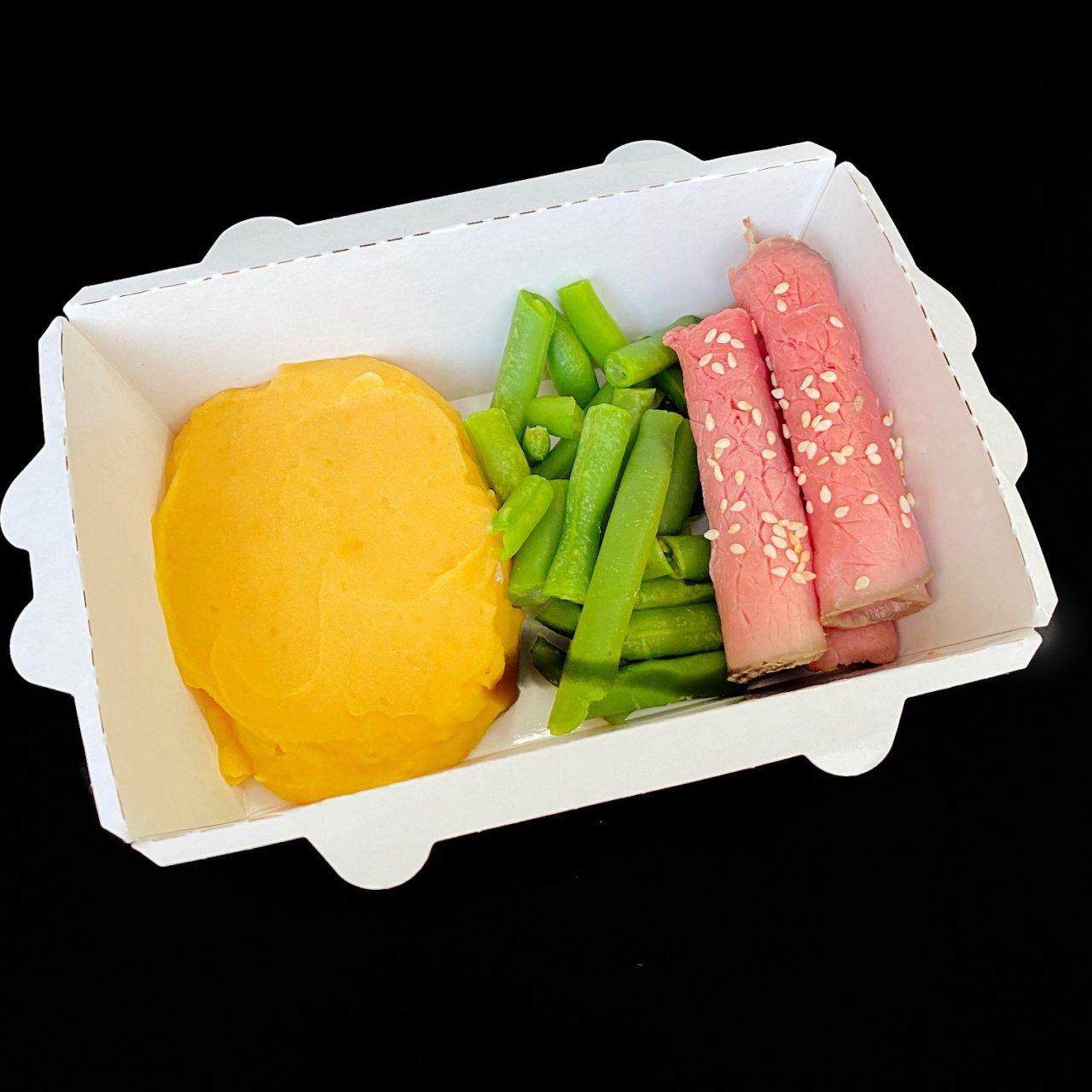 Ростбиф с тыквенным пюре, зеленой фасолью и соусом из печеного перца
