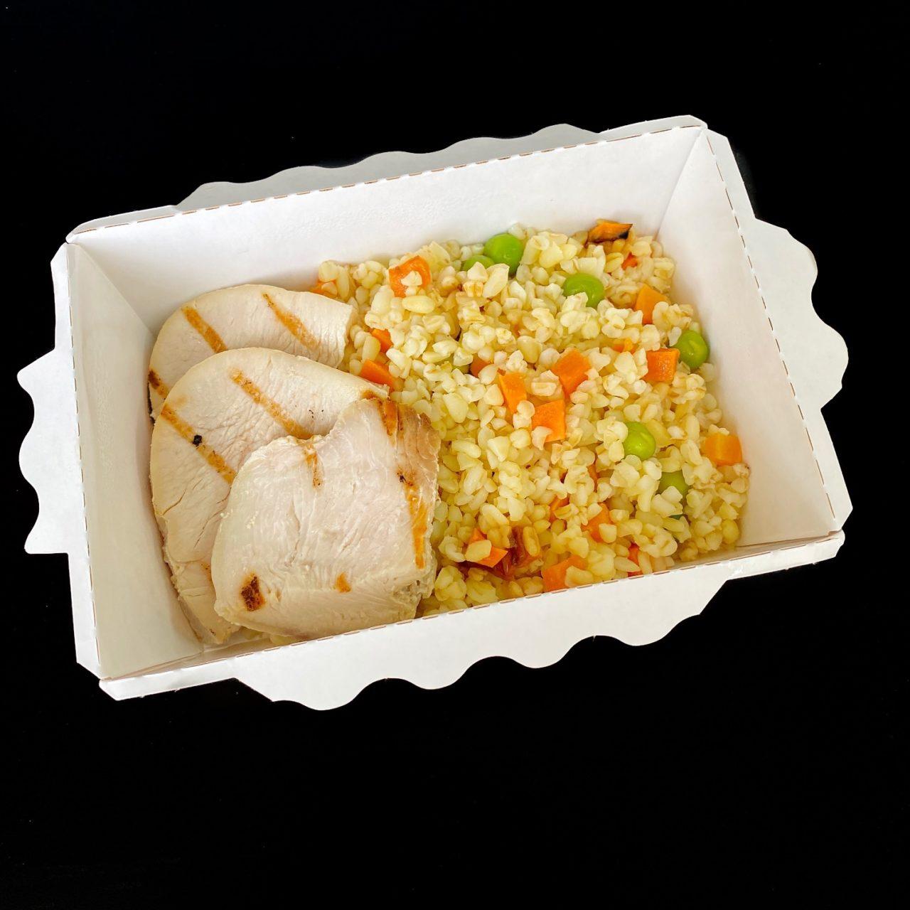 Индейка с морковью, булгуром и зеленым горошком