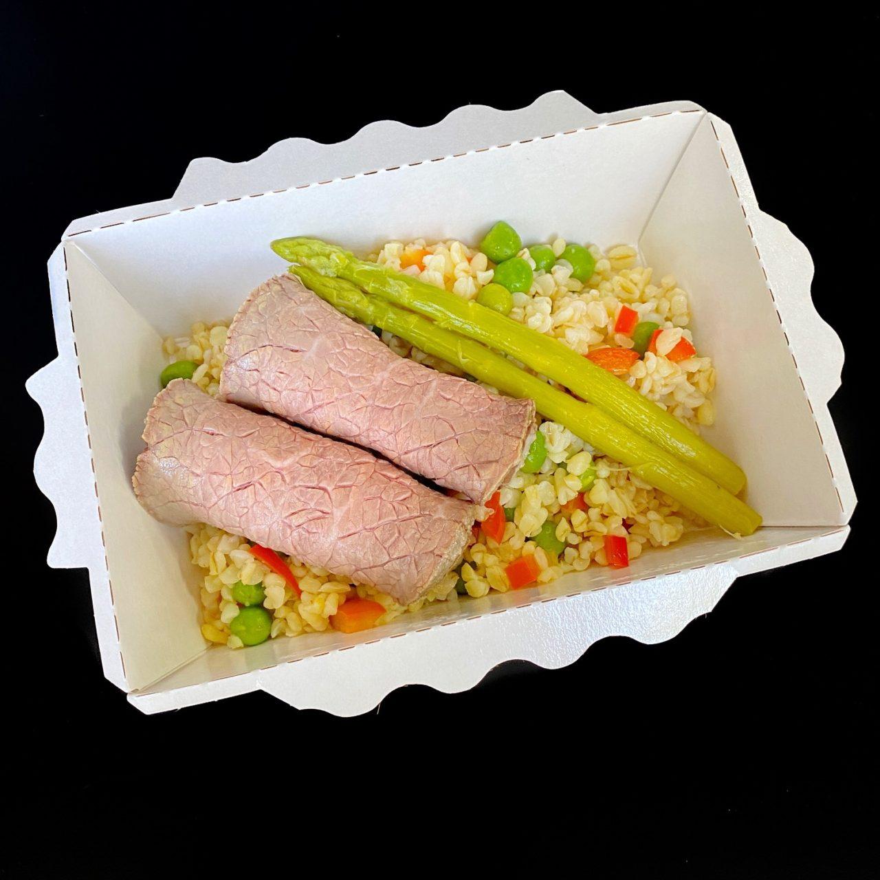 Ростбиф с булгуром, овощами и перечный соус