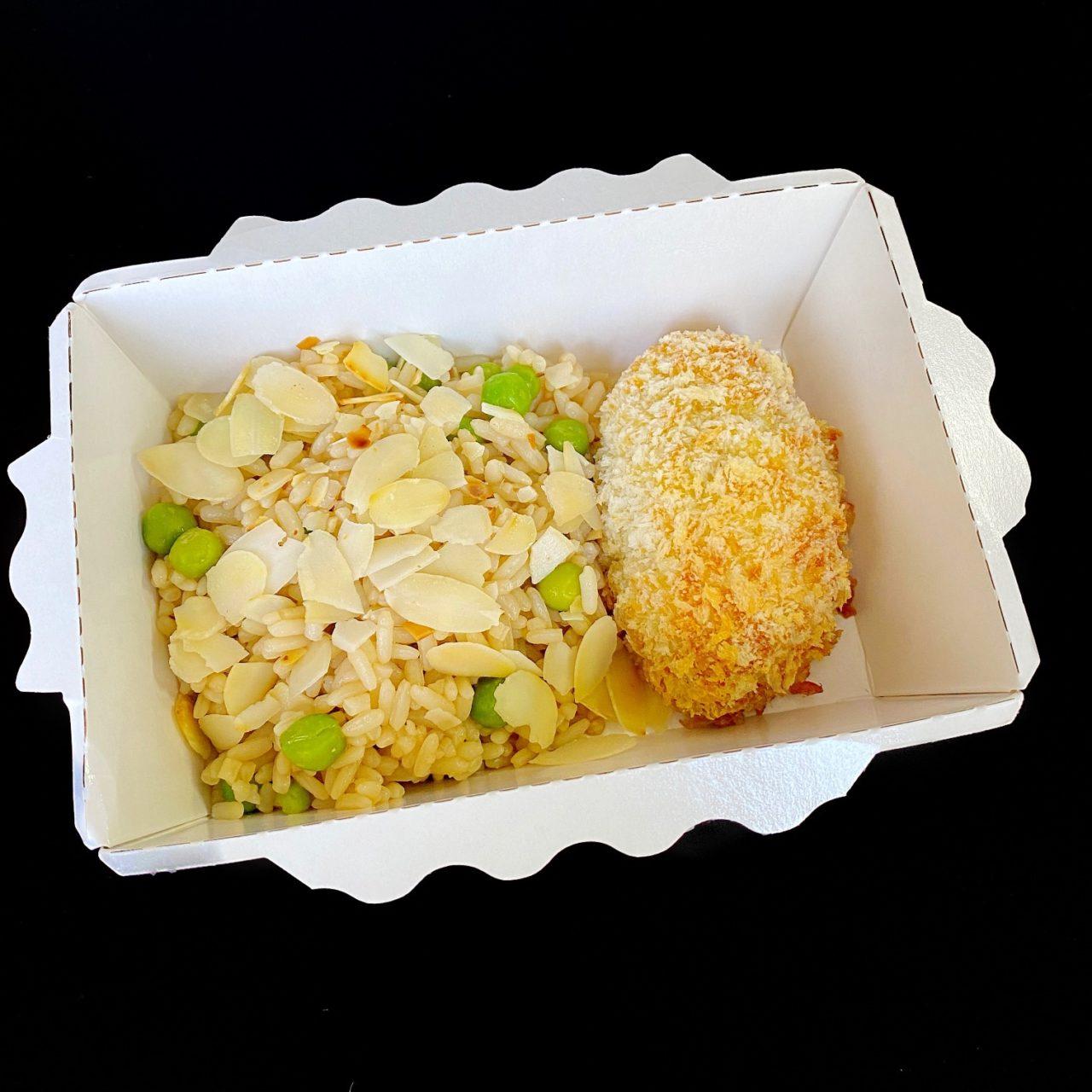 Котлетка по-киевски с белыми грибами и рис с зеленым горошком