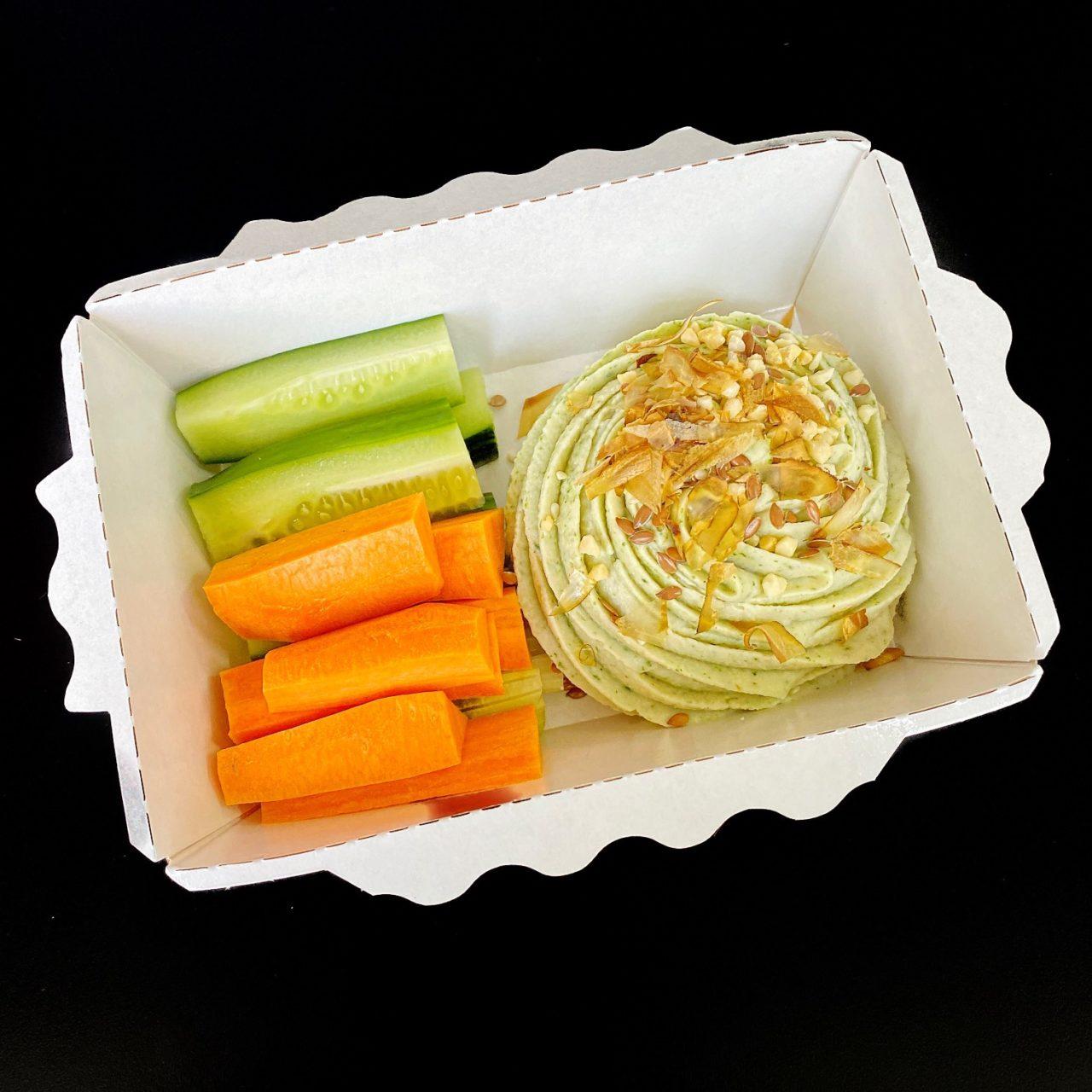 Хумус со шпинатом и овощными палочками