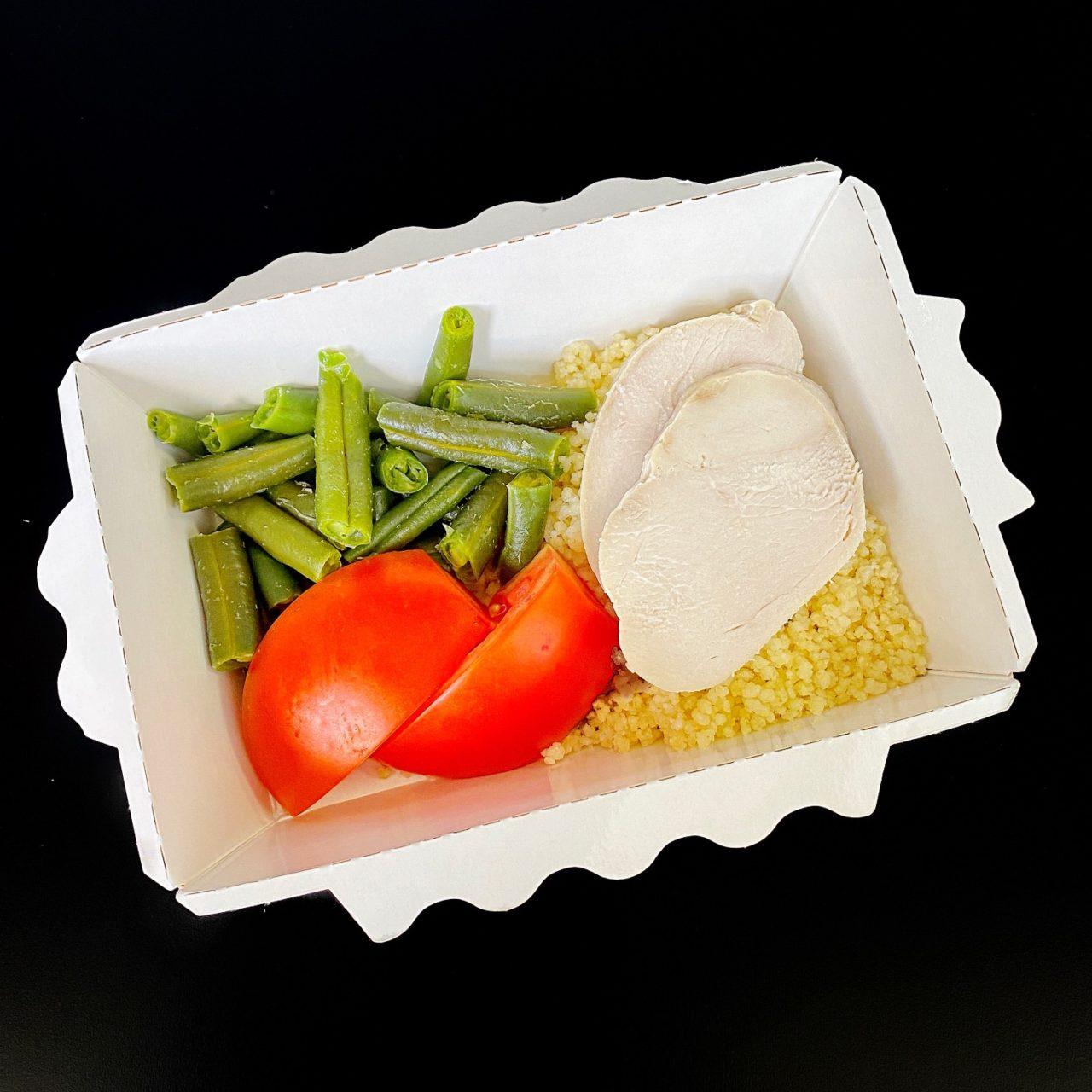 Курица Су-вид с кус-кусом, зеленой фасолью и томатным соусом