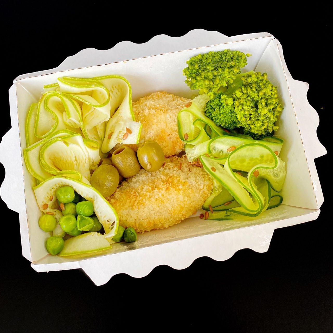 Зеленый боул с рыбным крокетом