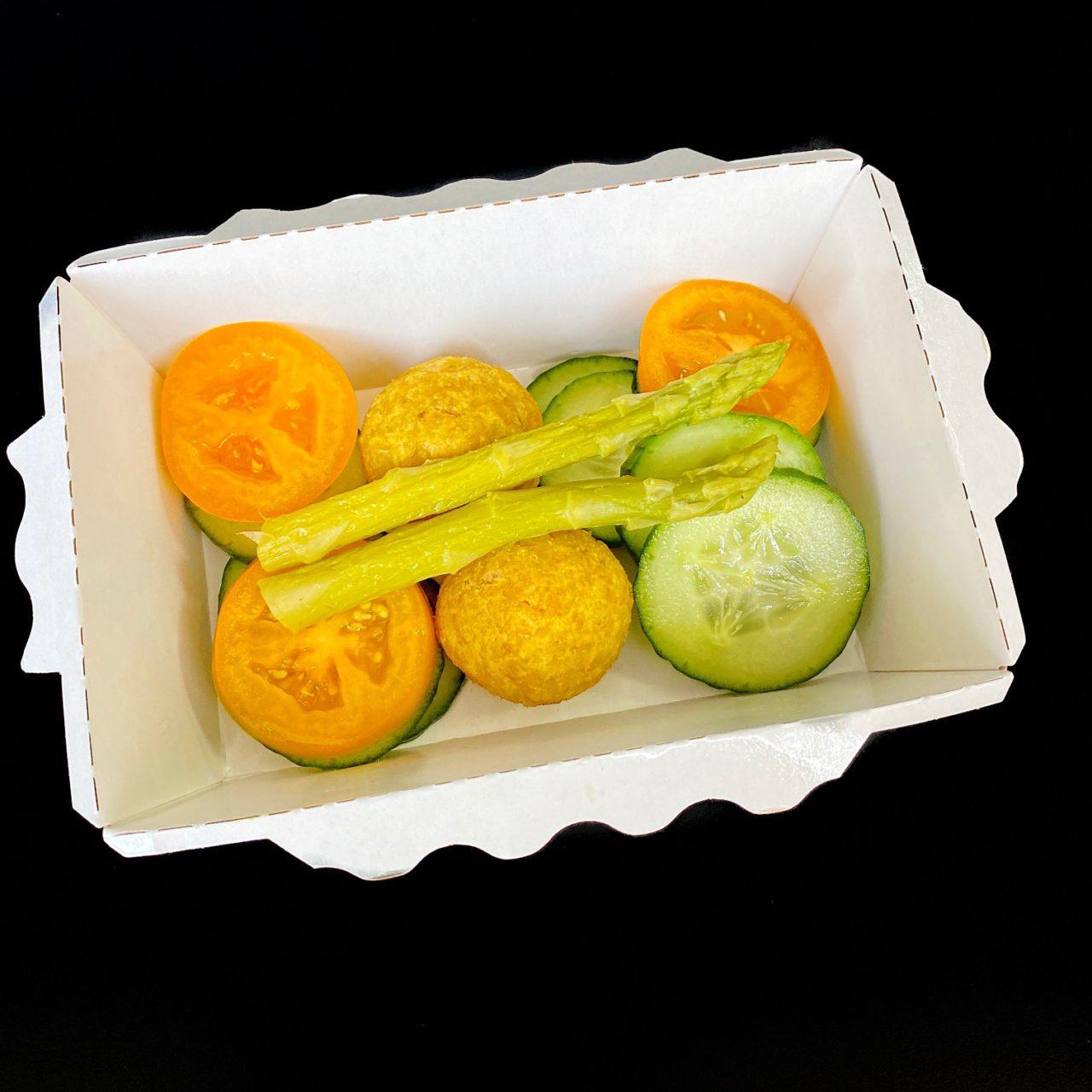 Фалафели с овощным салатом и соусом Дзадзыки