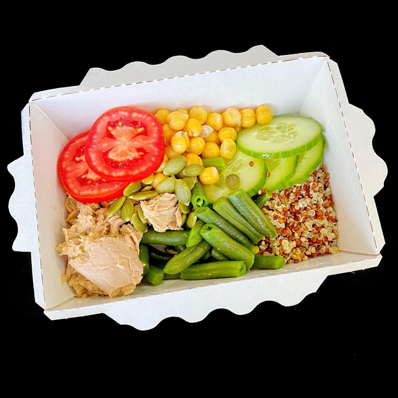 Тунец с киноа и овощами