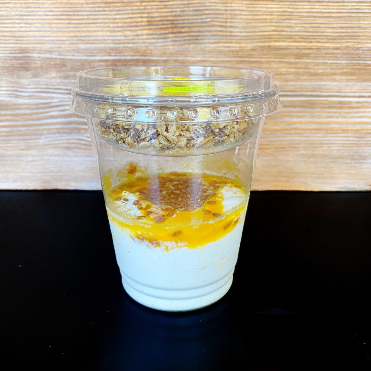 Сырный мусс со злаками и пюре манго