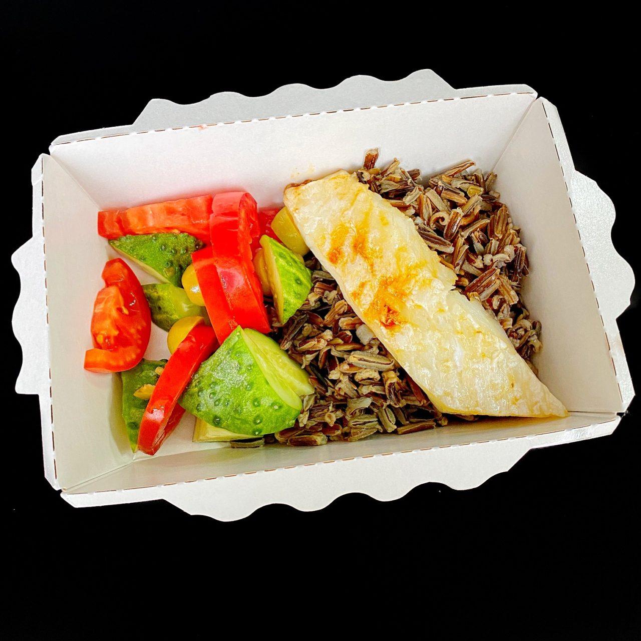 Рыба с диким рисом и овощами