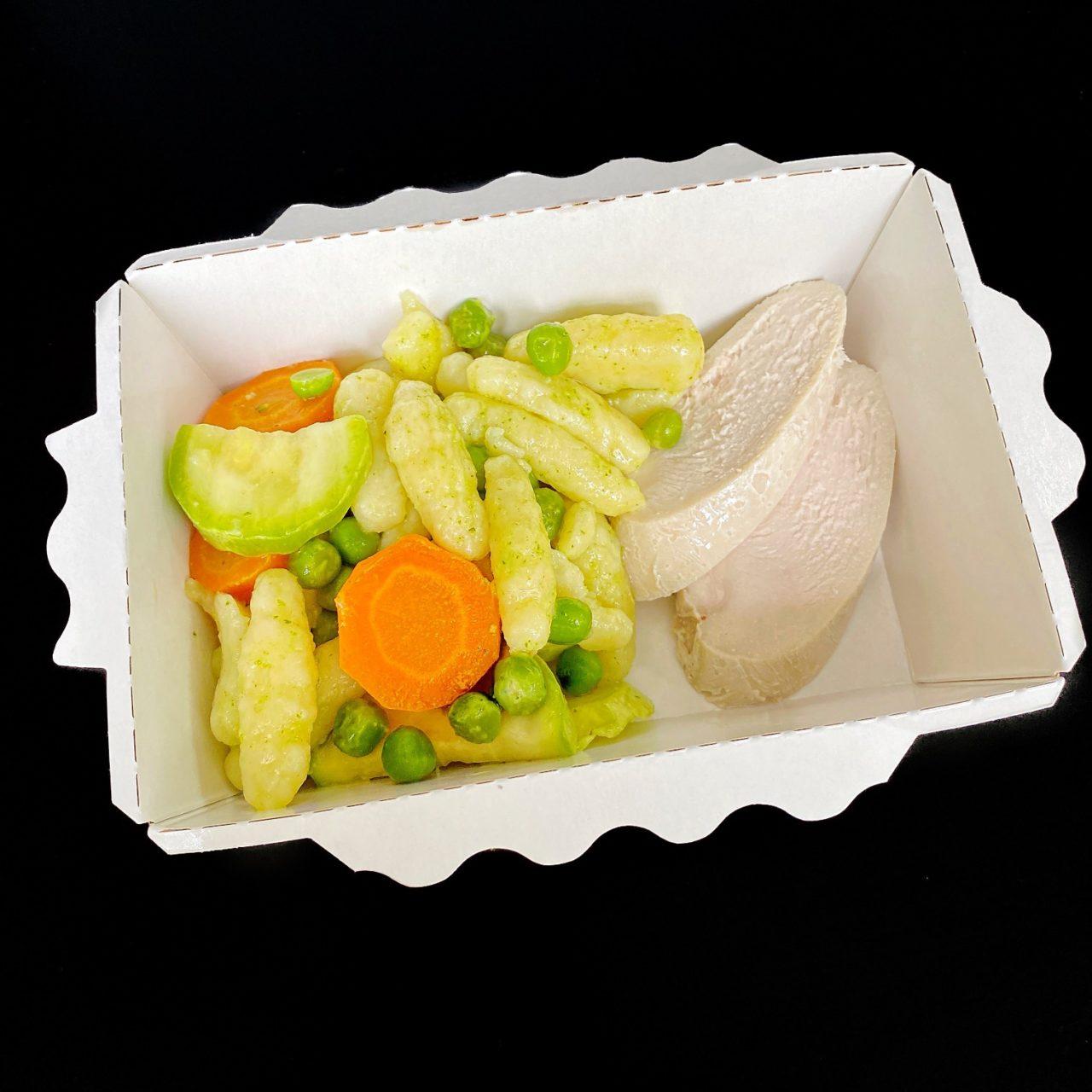 Картофельные ньокки с курицей, овощами и соусом пеперони