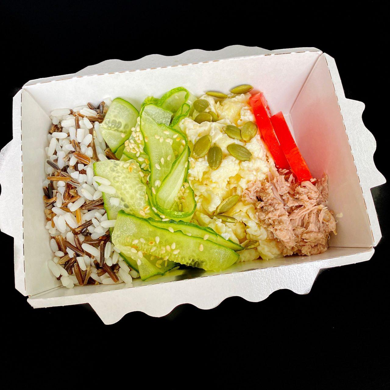 Боул с овощами, рисом и тунцом